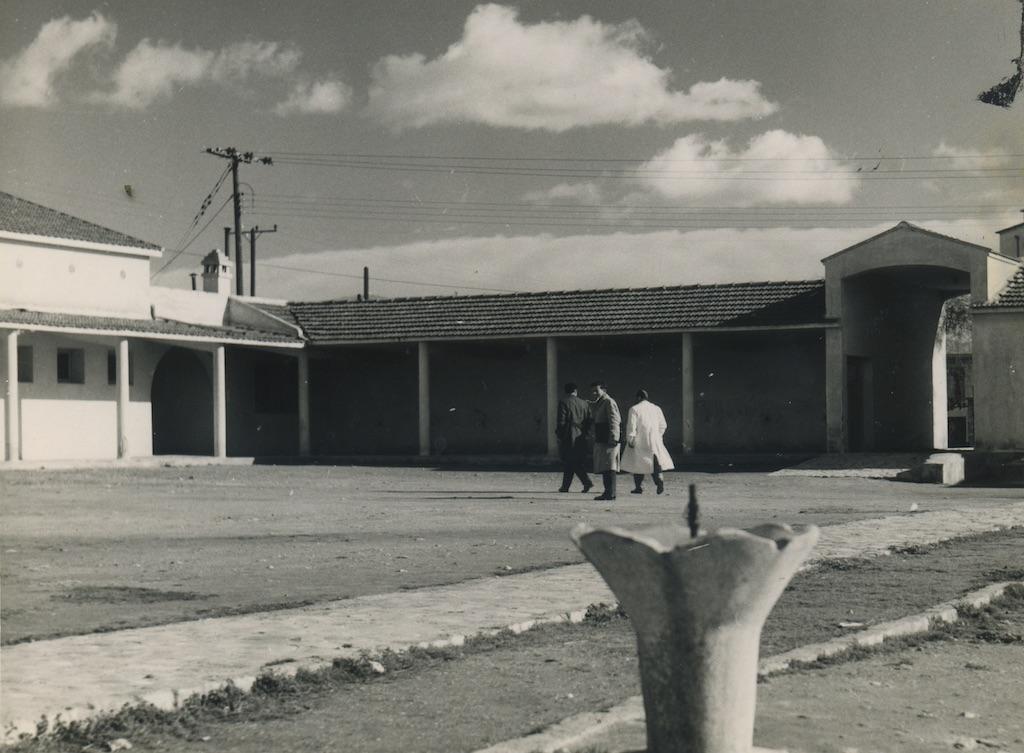 Κτηνιατρική Σχολή, κεντρική αυλή.Φωτογραφικό Αρχείο του Καθηγητή του ΑΠΘ Βασιλείου Κυριαζόπουλου (1903-1991), με την ευγενική παραχώρηση της Κεντρικής Βιβλιοθήκης του ΑΠΘ. Οι φωτογραφίες είναι των δεκαετιών 1950-1970.