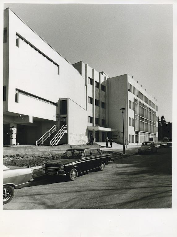 Κτηνιατρική Σχολή, μεσημβρινή όψη. Φωτογραφικό Αρχείο του Καθηγητή του ΑΠΘ Βασιλείου Κυριαζόπουλου (1903-1991), με την ευγενική παραχώρηση της Κεντρικής Βιβλιοθήκης του ΑΠΘ. Οι φωτογραφίες είναι των δεκαετιών 1950-1970.